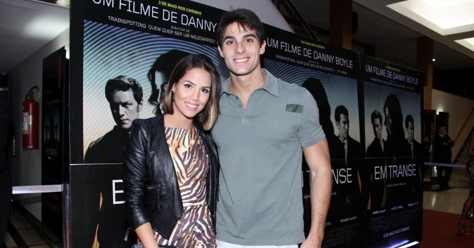 """29.abr.2013 -  A atriz Pérola Faria e o namorado Maurício Mussalli vão ao lançamento do filme """"Em Transe"""", no cine Leblon, no Rio"""