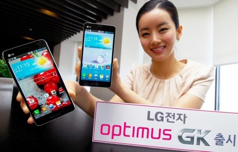 29.abr.2013 - A LG lançou uma versão adaptada do Optimus G Pro, chamada Optimus GK. O smartphone vem com tela de 5 polegadas em vez das 5,5 polegadas do modelo original. O anúncio acontece logo após a chegada do Samsung Galaxy S4 ao mercado -- outro celular inteligente com tela de 5 polegadas. O Optimus GK tem câmera de 13 megapixels, suporte a 4G, processador quad-core e Android  4.1.2 (Jelly Bean). Por enquanto, a novidade de LG só estará disponível na Coreia do Sul e não teve o preço anunciado ainda