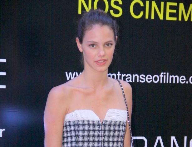 """29.abr.2013 -  A modelo e atriz Laura Neiva é uma das celebridades presentes ao lançamento do filme """"Em Transe"""", no cine Leblon, no Rio"""