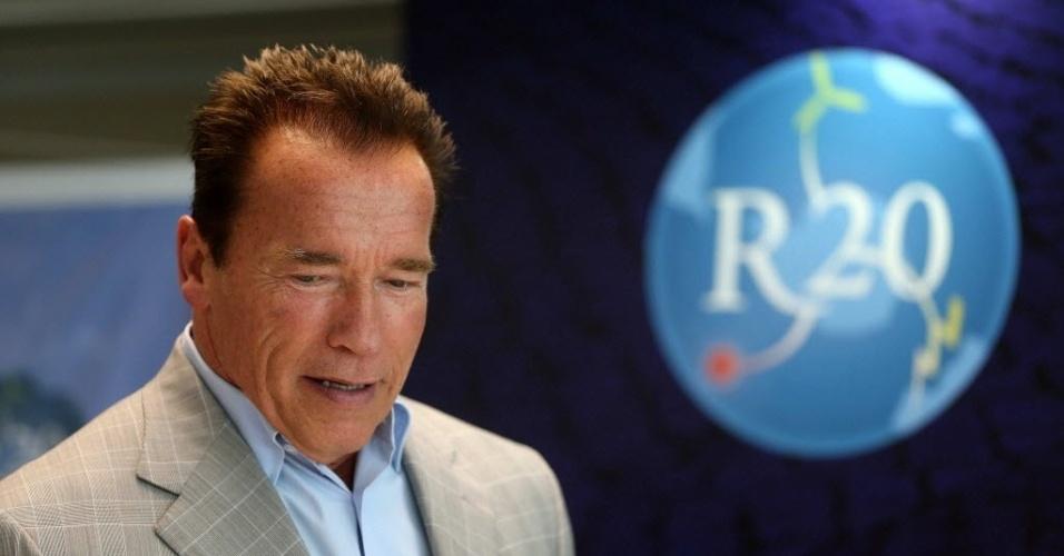 """29.abr.2013 - Durante sua passagem no Brasil, Arnold Schwarzenegger assinou acordos entre sua ONG R20 e órgãos internacionais e brasileiros para impulsionar programas educativos e seminários orientados às autoridades, empresas e universidades para """"sensibilizar"""" os formadores de opinião sobre os benefícios do uso da energia sustentável"""