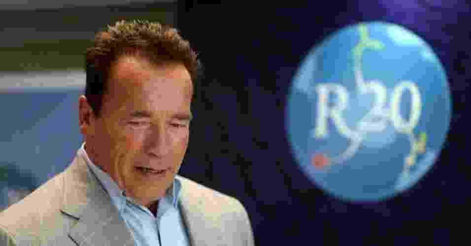 """29.abr.2013 - Durante sua passagem no Brasil, Arnold Schwarzenegger assinou acordos entre sua ONG R20 e órgãos internacionais e brasileiros para impulsionar programas educativos e seminários orientados às autoridades, empresas e universidades para """"sensibilizar"""" os formadores de opinião sobre os benefícios do uso da energia sustentável - Marcelo Sayo/Efe"""