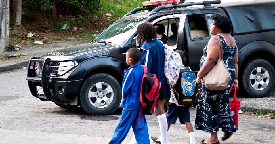 29.abr.2013 - Moradores da favela Cerro-Corá, no Cosme Velho, zona sul do Rio de Janeiro, se depararam com centenas de homens da polícia militar nas ruas da comunidade. Em 30 minutos, a PM ocupou a favela e outras duas comunidades menores, para dar início à instalação de uma UPP (Unidade de Polícia Pacificadora) na região