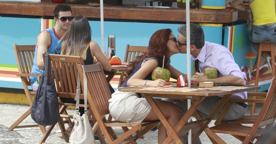 """29.abr.2013 - Paloma Bernardi e Otaviano Costa se beijam durante gravações """"Salve Jorge"""" na orla da Barra da Tijuca, no Rio de Janeiro. Na trama, seus personagens, a traficada Rosângela e o advogado Haroldo, irão se envolver"""