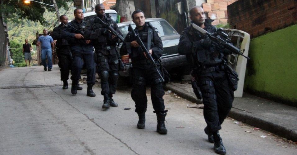29.abr.2013 - Policiais do Bope (Batalhão de Operações Especiais) ocupam a comunidade do Cerro Corá, no Cosme Velho, zona sul do Rio de Janeiro. De acordo com o Instituto Pereira Passos (com base no censo do IBGE de 2010), 2.803 pessoas vivem na comunidade