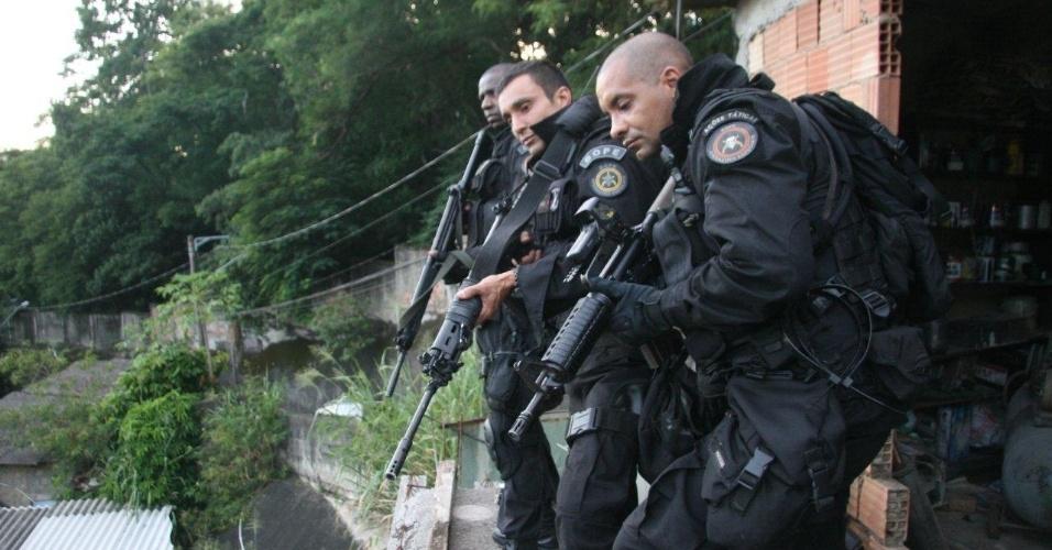 29.abr.2013 - Policiais do Bope (Batalhão de Operações Especiais) ocupam a comunidade do Cerro Corá, no Cosme Velho, zona sul do Rio de Janeiro. Segundo a PM, as três favelas eram dominadas pela facção criminosa Comando Vermelho e serviam de refúgio para os criminosos