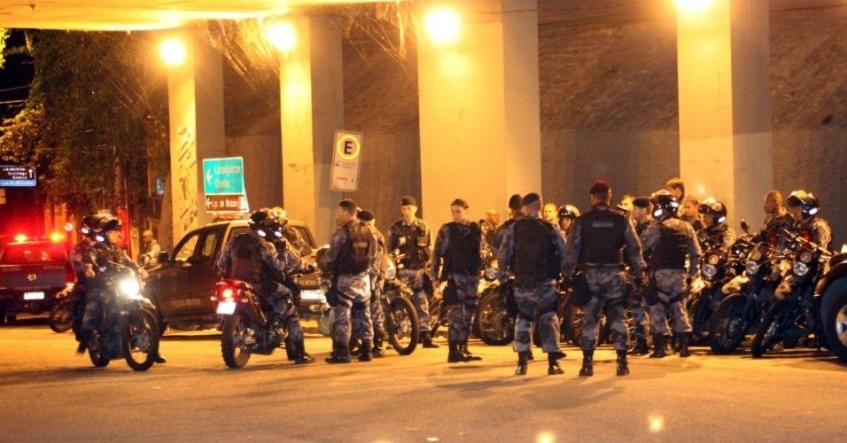 """29.abr.2013 - Policiais militares se reúnem no túnel Rebouças durante a ocupação da comunidade do Cerro Corá, no Cosme Velho, zona sul do Rio de Janeiro. A Polícia Militar informou que esta ocupação """"praticamente fecha a zona sul"""", ao explicar que todas as favelas da região foram ocupadas pela polícia"""