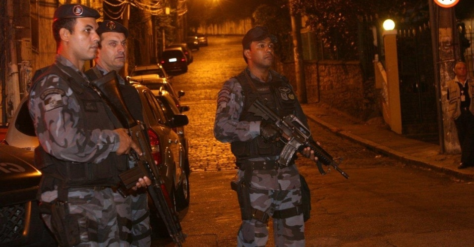 29.abr.2013 - Policiais ocupam a comunidade do Cerro Corá, no Cosme Velho, zona sul do Rio de Janeiro. O relações públicas da PM, Frederico Caldas, afirmou que a vinda do papa ao Rio em julho influenciou a ocupação da favela