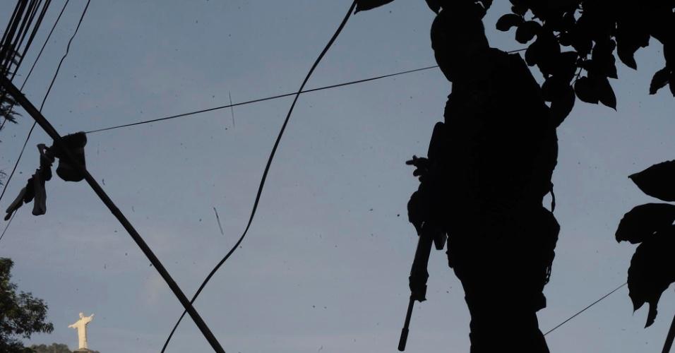 29.abr.2013 - Policial do Bope (Batalhão de Operações Especiais) participa da ocupação da comunidade do Cerro Corá, no Cosme Velho, zona sul do Rio de Janeiro. Participam da operação 420 soldados do Bope, do Batalhão de Choque, do Batalhão de Ações com Cães, do Grupamento Aéreo e Marítimo e policiais do 1º Comando de Policiamento de Área da Polícia Militar, com apoio de helicópteros