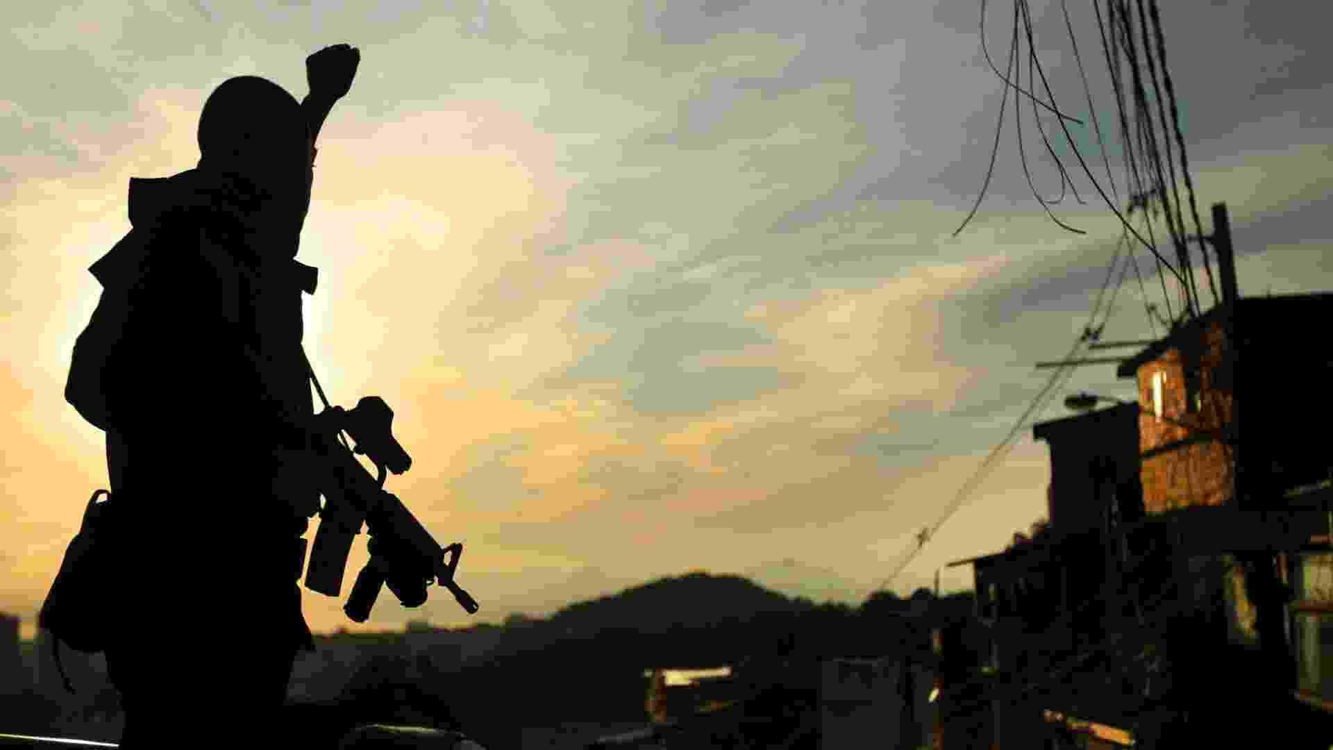 29.abr.2013 - Policial do Bope (Batalhão de Operações Especiais) comemora sucesso da operação de ocupação da comunidade do Cerro Corá, no Cosme Velho, zona sul do Rio de Janeiro. Em apenas 30 minutos, cerca de 420 policiais militares liderados pelo Bope ocuparam as favelas Cerro-Corá, Guararapes e Vila Cândido, no Cosme Velho, para a futura instalação da 33ª UPP (Unidade de Polícia Pacificadora) da cidade - Fábio Teixeira/Agência O Globo