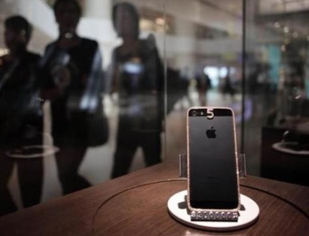 29.abr.2013 - Quem cansou dos smartphones comuns pode optar por versões mais luxuosas, como esse da imagem. Com cravejado de diamantes nas bordas e no número 5 da parte traseira, esse iPhone 5 custa US$ 25 mil (cerca de R$ 50 mil)