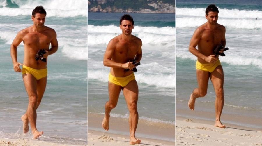 29.abr.2013 - Sem camisa, Murilo Rosa se exercitou na praia na Barra da Tijuca, zona oeste do Rio