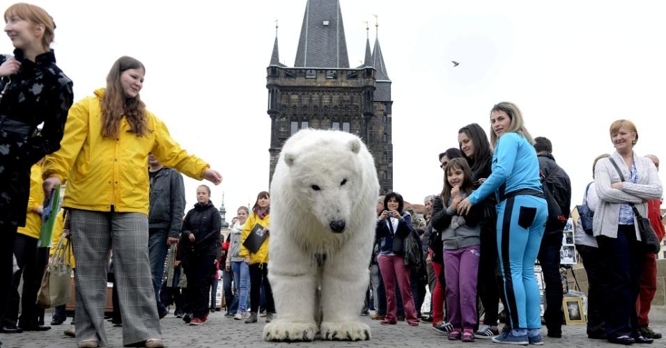 29.abr.2013 - Vestidos de urso polar, dois ativistas do Greenpeace protestam contra a extração de petróleo na região do Ártico. A manifestação, que pede também uma zona protegida ao polo Norte, ocorreu em uma ponte de Praga, na República Tcheca, nesta segunda-feira (29)