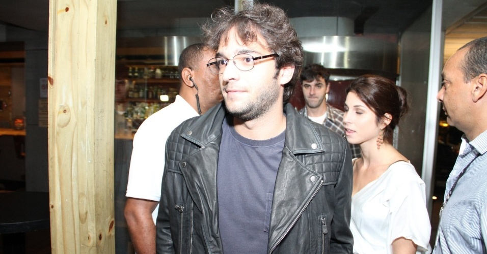 29.abr.2013: O ator Humberto Carrão, um dos seis protagonistas da trama, se reúne com elenco para assistir ao 1º capítulo