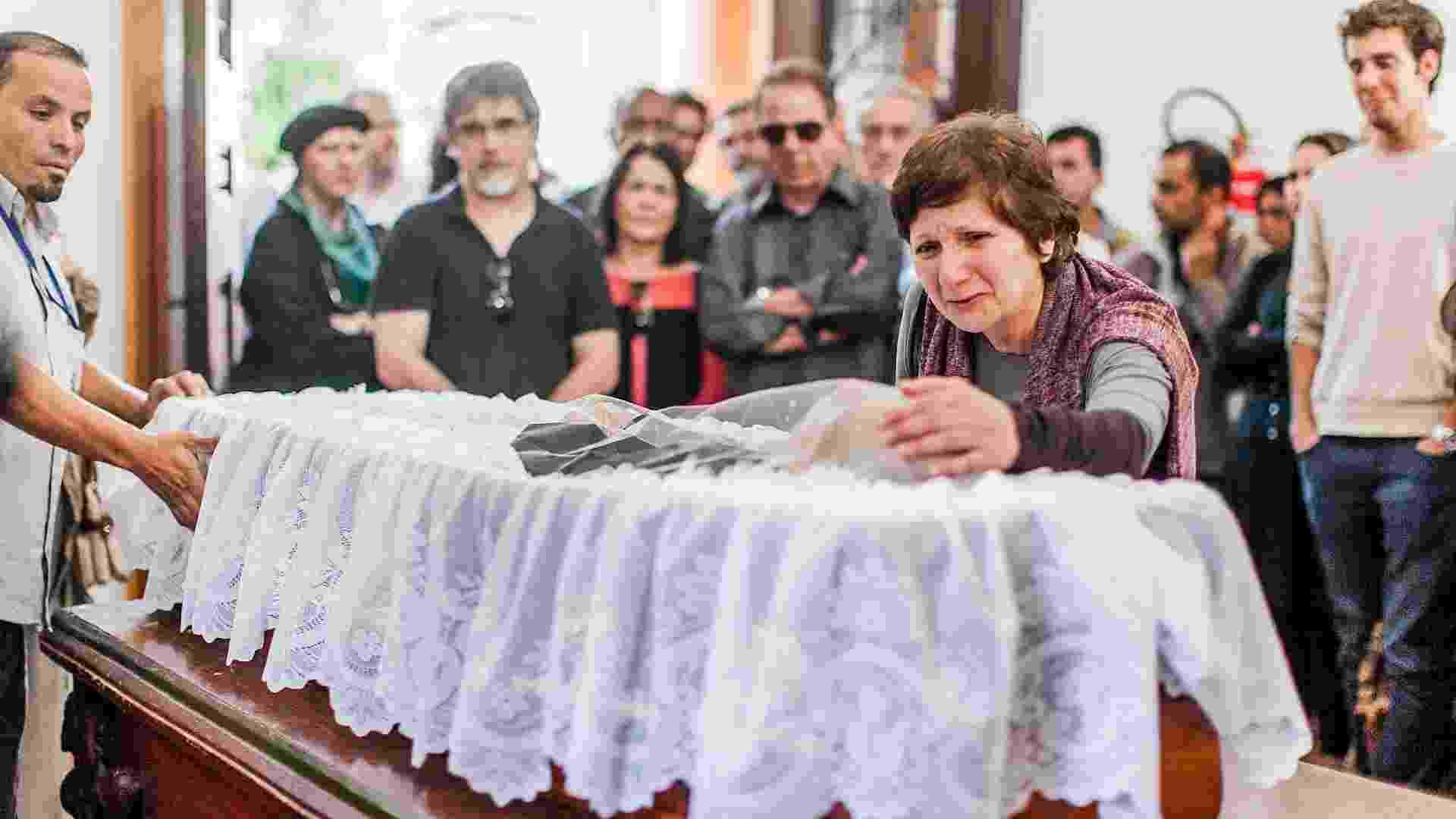 29.abr.2103 - Ana Bernardo, companheira de Paulo, chora a morte do compositor, aos 89 anos - Leonardo Soares / UOL