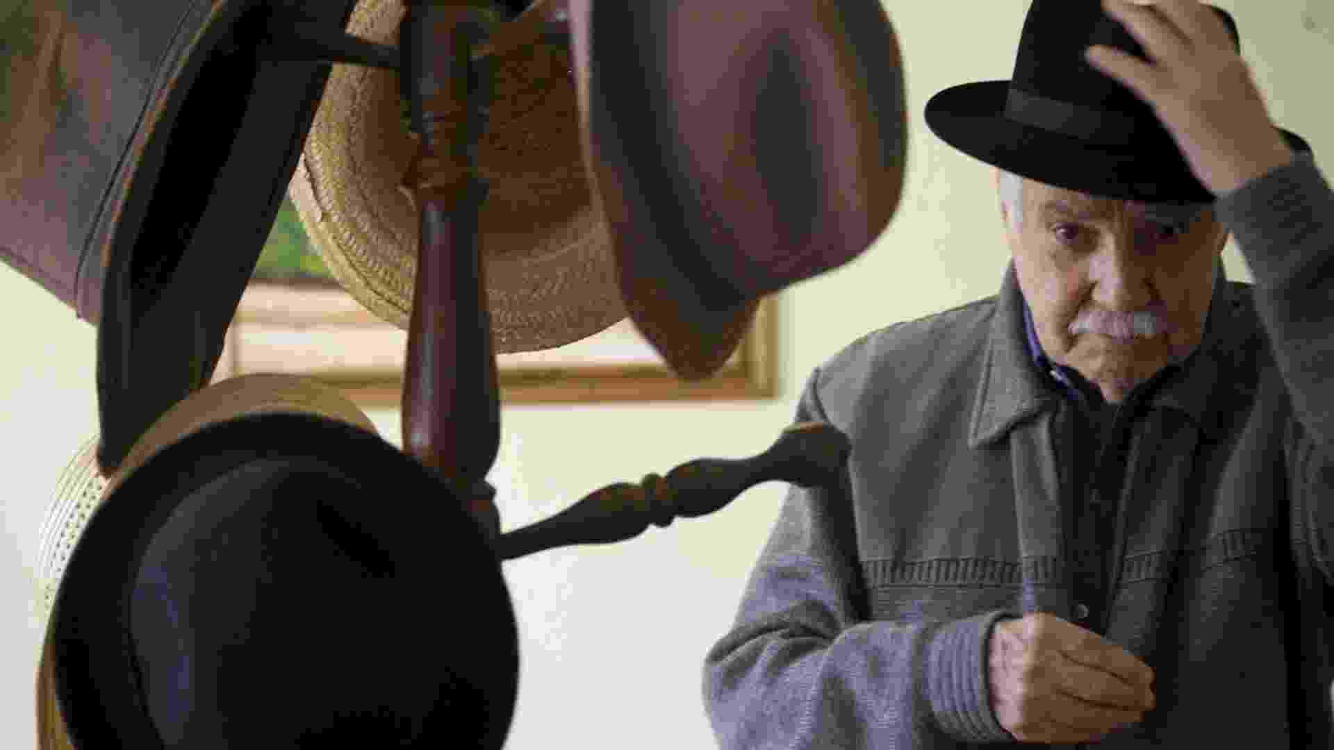 29.out.2010 - Paulo Vanzolini experimenta seus chapéus em sua casa, em São Paulo (SP) - Silvia Zamboni/Folhapress