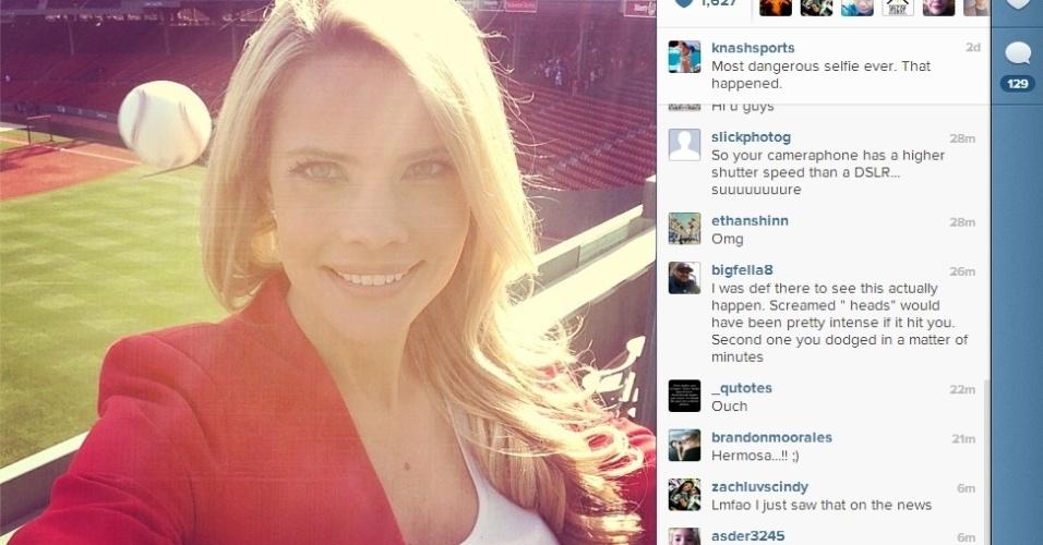 A repórter do Fox Sun Sports, Kelly Nash, resolveu tirar uma foto de si mesma durante um jogo de beisebol entre os times Astros e Red Sox. O que ela não esperava era que uma bola aparecesse na foto -- e a poucos centímetros de sua cabeça. Por pouco ela não foi atingida; a imagem virou sucesso no Instagram