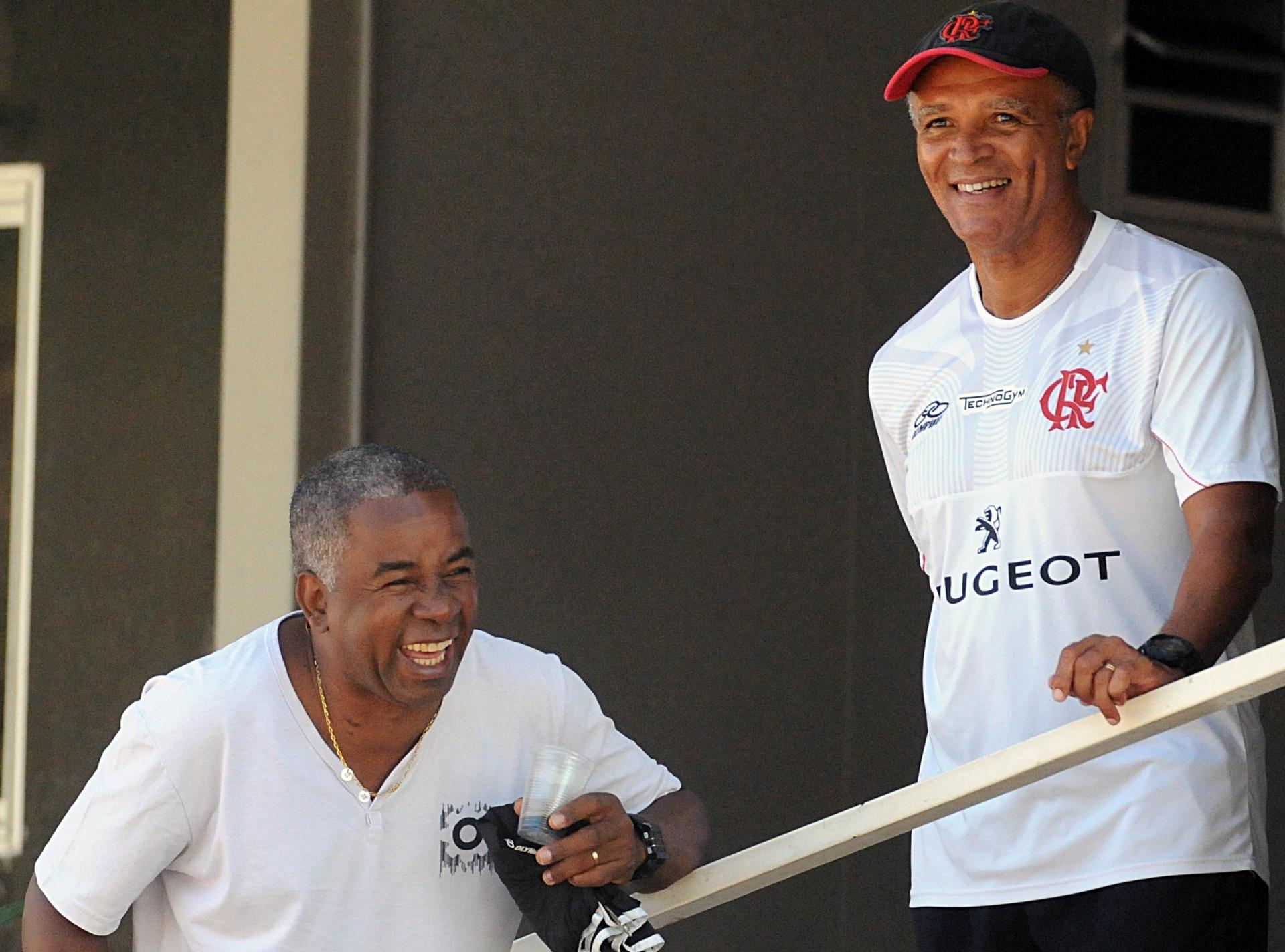 Andrade (e) conversa com Jayme de Almeida (d) em recente visita ao CT Ninho do Urubu, do Flamengo