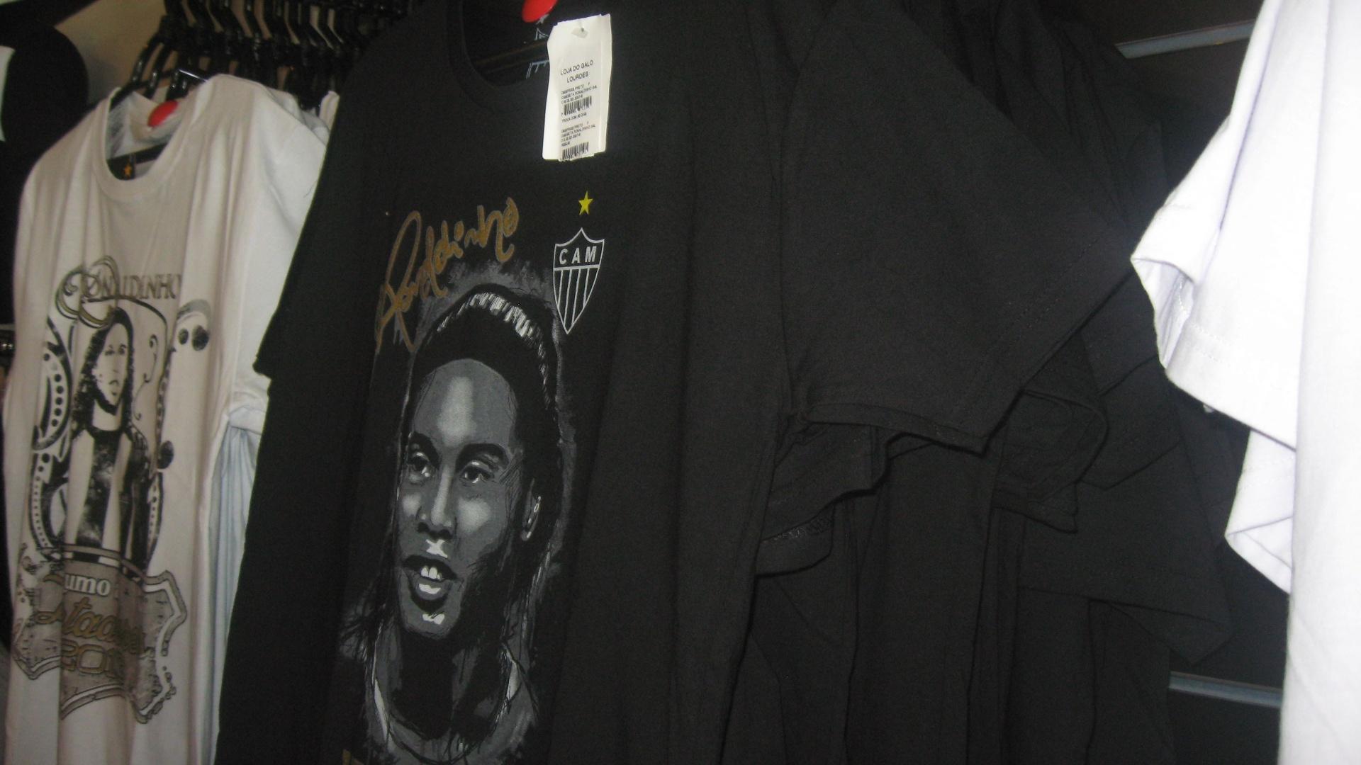 Camisas e camisetas com o nome e o rosto de Ronaldinho Gaúcho foram lançadas na Loja do Galo