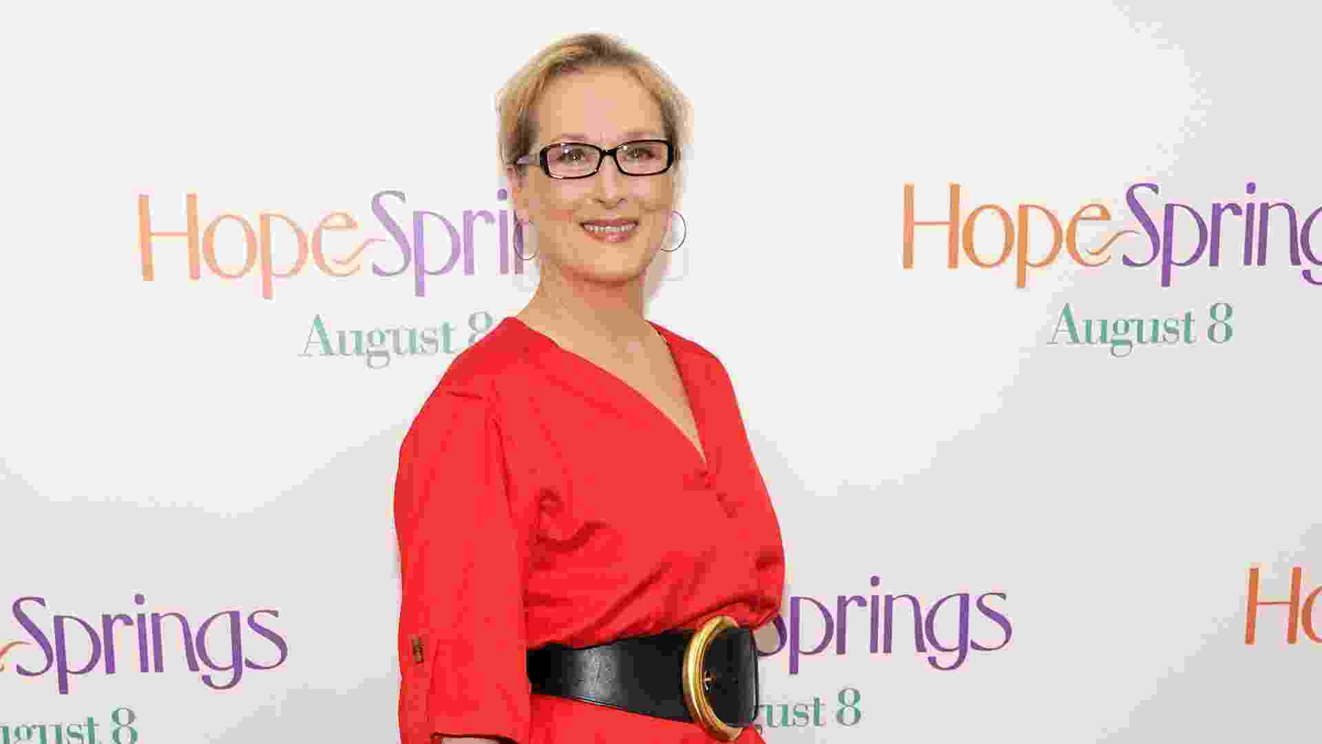 Meryl Streep, de 63 anos, está sempre com roupas ideais para sua faixa etária, sem parecer jovem demais, nem muito velha. O vestido vermelho com cinto preto valoriza a silhueta da atriz. O cinto largo marca a cintura, o decote em V alonga a silhueta, assim como o comprimento da saia. As mangas 3/4 e a saia mais soltinha ajudam a esconder algumas imperfeições que a idade pode trazer ao corpo - Getty Images