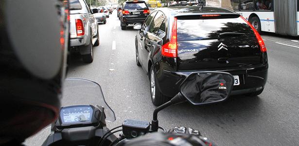 O que o motorista do C4 está prestes a fazer? Ao motociclista, só resta esperar para saber (e desviar) - Mário Villaescusa/Infomoto