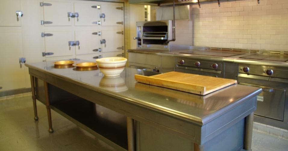 Na Edsel & Eleanor Ford House, residência da família Ford, em Detroit, transformada em museu, a cozinha industrial possui revestimento dos móveis em prata alemã e um freezer elétrico embutido em uma das paredes