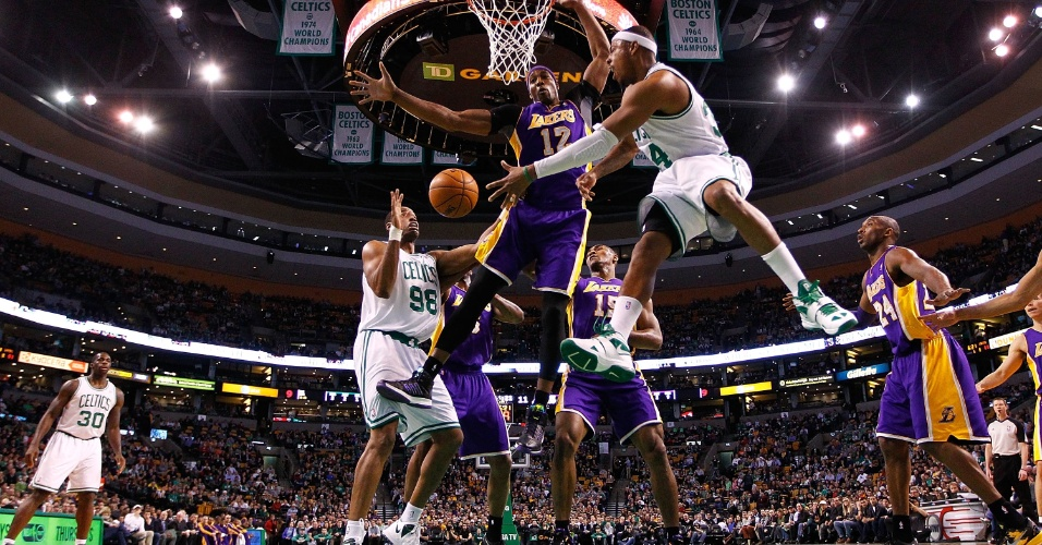 07.fev.2013 - Paul Pierce infiltra e solta a bola para Jason Collins, na partida do Boston Celtics contra o Los Angeles Lakers