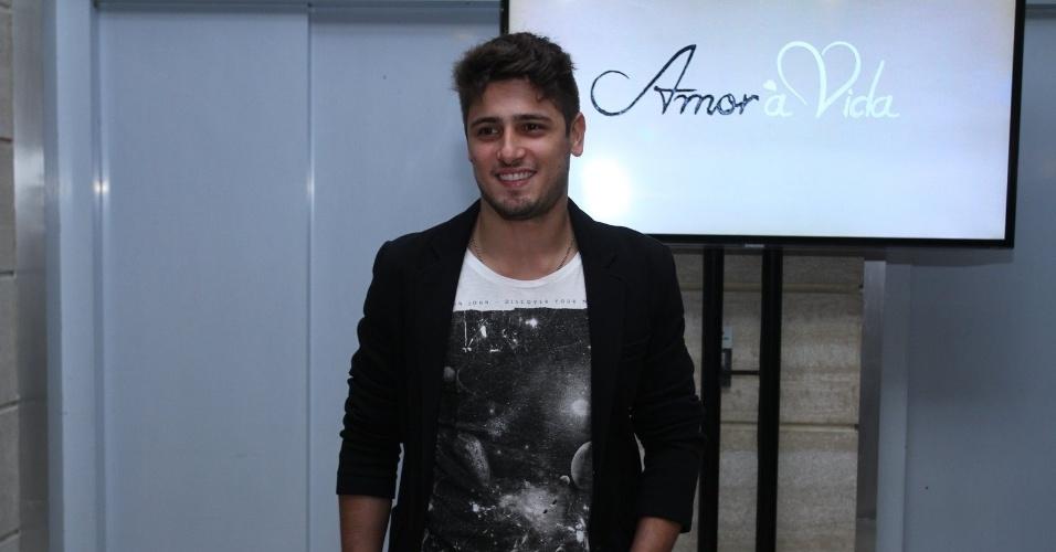 """30.abr.2013 - Daniel Rocha prestigiou a coletiva de lançamento da novela """"Amor à Vida"""" no Projac, no Rio"""