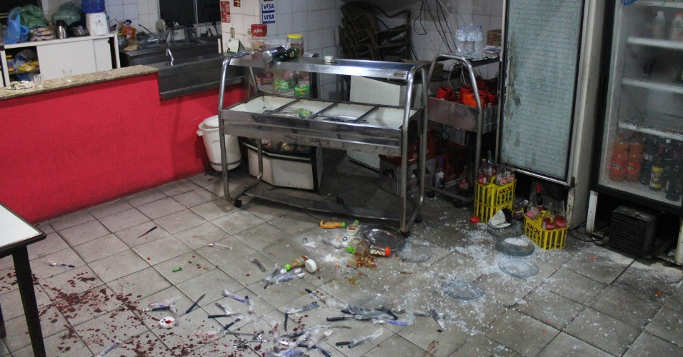 30.abr.2013 - Duas pessoas foram baleadas em um bar na rua Ester Samara, no Jardim Claudia, zona oeste de São Paulo, na noite desta segunda-feira (29). Um dos baleados é um sargento reformado do Exército. Segundo relatos, o militar aposentado tentou, com ajuda de outro homem, desarmar os bandidos, que atiraram contra os clientes e conseguiram fugir. Os feridos foram levados para o hospital Bandeirantes