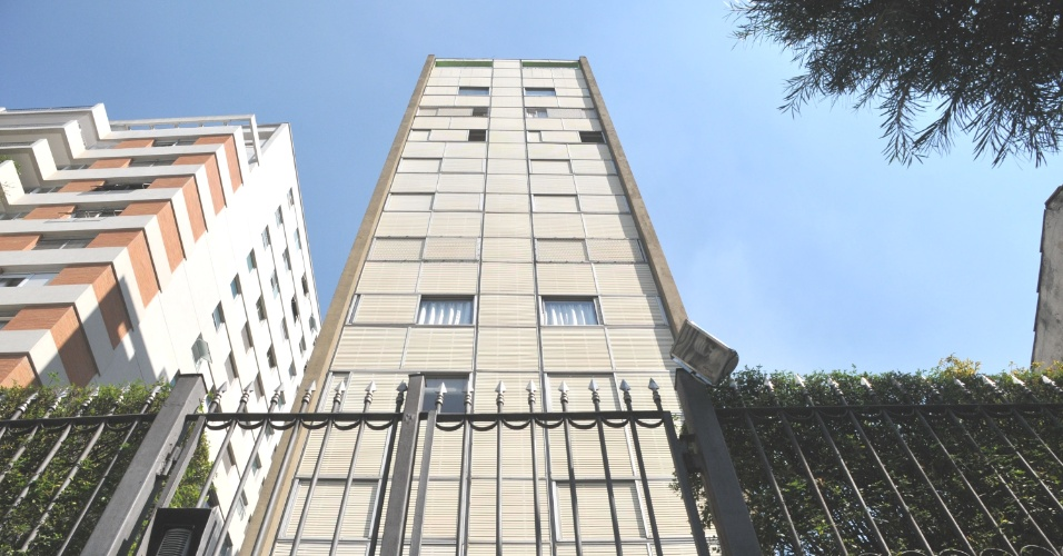 30.abr.2013 - Fachada do prédio na alameda Lorena, bairro Jardim Paulista, zona oeste de São Paulo, que sofreu um arrastão na manhã desta terça-feira (30). Pelo menos dez homens armados invadiram o prédio, renderam moradores que saíam para o trabalho e roubaram os apartamentos