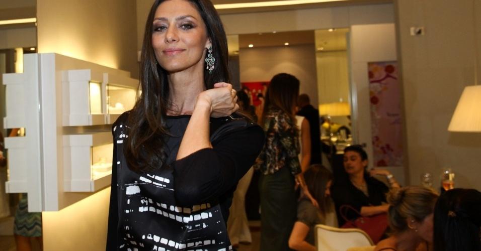 30.abr.2013 - Maria Fernanda Cândido prestigiou o lançamento de uma coleção de joias em uma loja em São Paulo