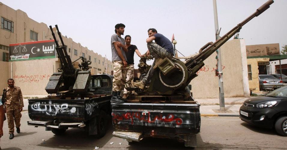 30.abr.2013 - Milicianos armados cercaram nesta terça-feira (30) a sede do ministério da Justiça líbio em Trípoli. A ação ocorre dois dias depois de outros milicianos cercarem o ministério das Relações Exteriores. Eles exigem que o Congresso Geral Nacional (CGN) vote um projeto de lei que excluiria da política autoridades e embaixadores que serviram ao regime de Muammar Gadafi (morto em 2011)