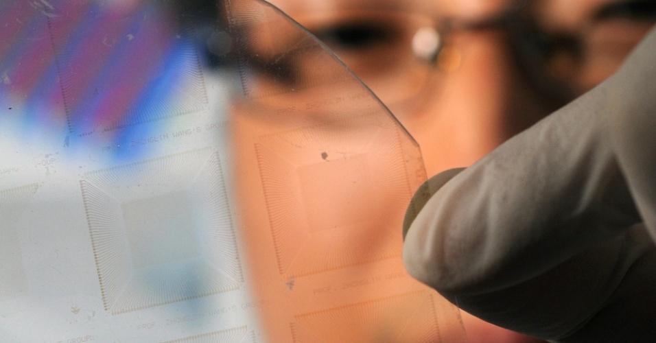 30.abr.2013 - Pesquisadores desenvolveram uma película artificial que sente a pressão do mesmo jeito que a pele humana, ficando com uma sensibilidade parecida à da ponta de um dedo humano. Usando feixes de nanofios de óxido de zinco, eles construíram uma série de 8.000 transístores, que, de forma independente, produzem um sinal eletrônico quando submetido à pressão mecânica. Segundo o grupo, o produto pode ajudar no desenvolvimento de uma pele artificial mais parecida com a humana, melhorando o tato de robôs, por exemplo