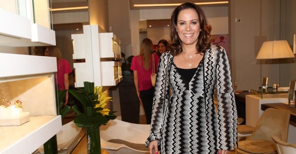 30.abr.2013 - Regina Volpato prestigiou o lançamento de uma coleção de joias em uma loja em São Paulo
