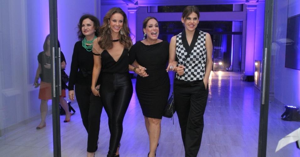 """30.abr.2013 - Rosamaria Murtinho, Paola Oliveira, Susana Vieira e Bárbara Paz posam juntas em lançamento da novela """"Amor à Vida"""" no Projac, no Rio"""