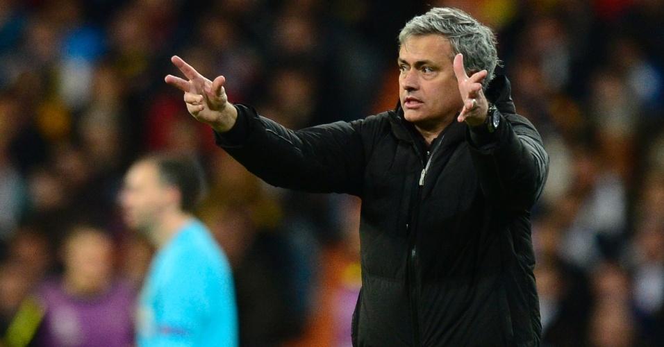 30.abr.2013 - Técnico do Real Madrid, José Mourinho gesticula durante jogo contra o Borussia Dortmund