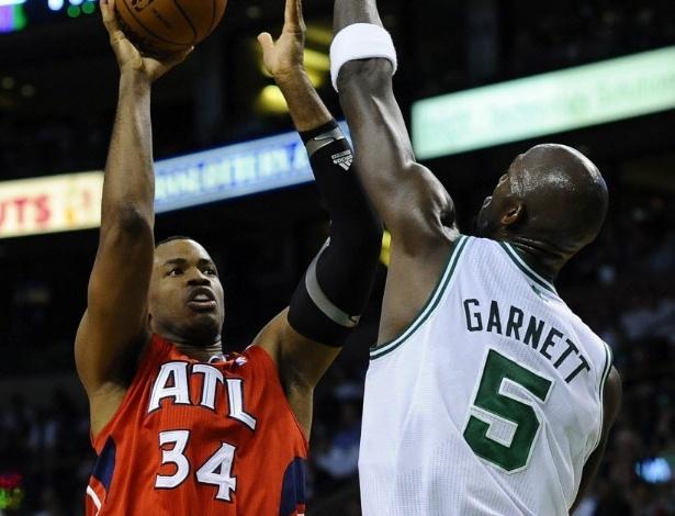 4.mai.2013- Jason Collins, à época no Atlanta Hawks, tenta arremesso sobre Kevin Garnett, do Boston Celtics