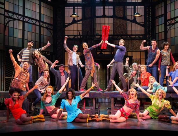 "Elenco durante performance do musical ""Kinky Boots"" - AP Photo/The O+M Company, Matthew Murphy"