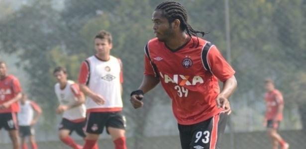 Lateral esquerdo Vinícius, novo reforço do Atlético-PR