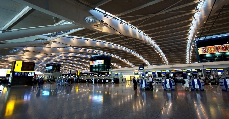 2.mai.2013 - 10º lugar: Aeroporto de Heathrow (Inglaterra) - Alcançou seu melhor resultado e todas as edições da eleição. Foi considerado o melhor aeroporto para se fazer compras pelos usuários. Emprega diretamente mais de 75 mil pessoas e 116 mil indiretamente. É o aeroporto que mais recebe passageiros estrangeiros no mundo e o mais movimentado da Europa, tendo transportado 70 milhões de passageiros em 2012