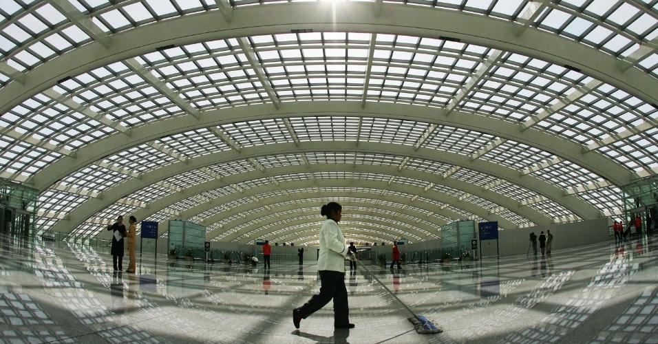 2.mai.2013 - 5º lugar: Aeroporto de Pequim (China) - Com mais de 81 milhões de passageiros transportados em 2012, é o segundo mais movimentado do mundo, atrás apenas do aeroporto de Atlanta (EUA), que ficou na 48ª colocação e transportou 94 milhões de usuários naquele ano. Em 2008, por causa dos Jogos Olímpicos de Pequim, foi inaugurado o terceiro terminal da unidade, que tem 300 mil metros quadrados e é o segundo maior do mundo. Somente o terminal 1 do aeroporto de Dubai (Emirados Árabes Unidos), que tem 515 mil metros quadros, o supera