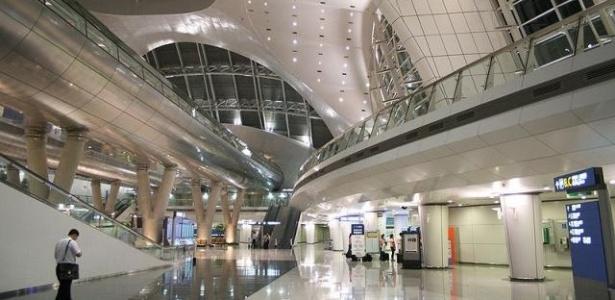 2.mai.2013 - 2º lugar: Aeroporto de Incheon (Coreia do Sul) - Vencedor em 2009 e 2011, o aeroporto sul-coreano tem atrações inusitadas como cassino, campo de golfe, spa, dormitórios privativos, rinque de patinação no gelo e jardins internos. A unidade fica a 30 minutos de Seul, a capital do país, e movimentou, em 2012, mais de 38 milhões de passageiros. A pesquisa para eleger o melhor aeroporto do mundo é feita anualmente pela empresa de consultoria britânica Skytrax. Em 2012, o processo de apuração levou dez meses para ser concluído e foi realizado em 388 aeroportos do mundo inteiro