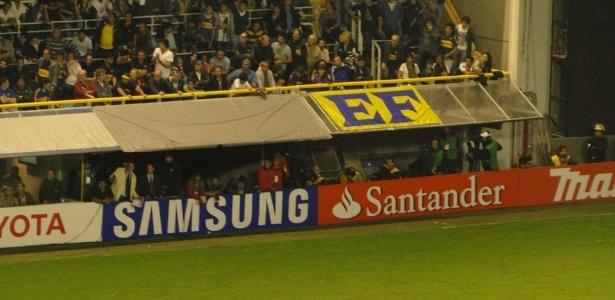 Bandeira com a inscrição EF (Estopim da Fiel) na Bombonera; em 2013, torcida se camuflou em jogos fora