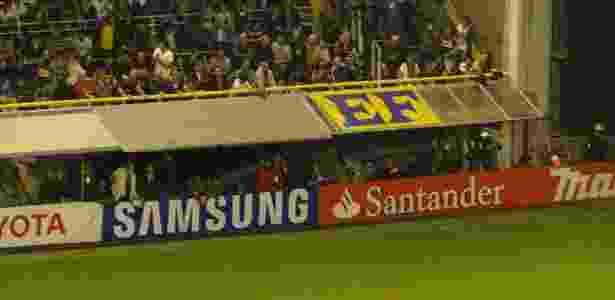 Bandeira com a inscrição EF (Estopim da Fiel) na Bombonera; em 2013, torcida se camuflou em jogos fora - Gustavo Franceschini/UOL