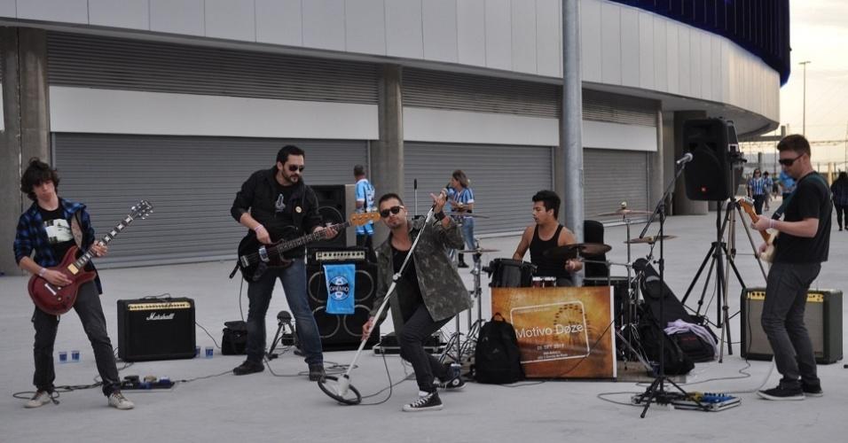 01.Mai.2013 - A banda Motivo Doze faz show em uma das rampas de acesso da Arena