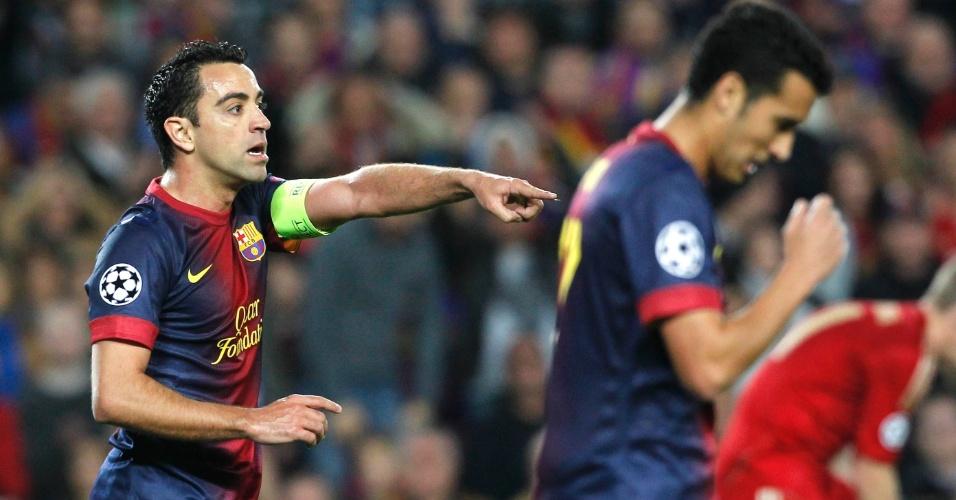 01.mai.2013 - Capitão do Barcelona, Xavi Hernandez orienta seus companheiros de equipe durante a partida contra o Bayern de Munique