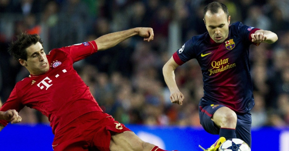 01.mai.2013 - Iniesta (d.) enfrenta a marcação de Javi Martínez durante partida entre Barcelona e Bayern de Munique pelas semifinais da Liga dos Campeões