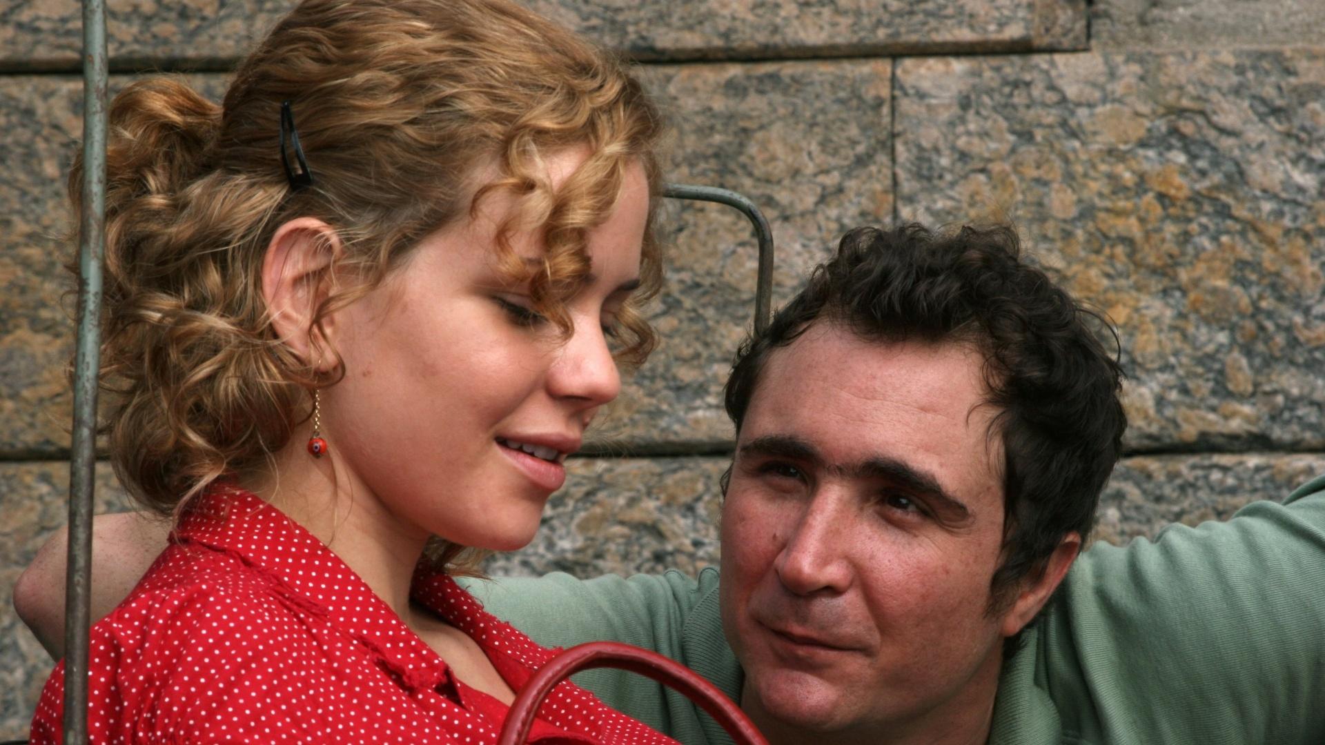 01.mai.2013 - Os atores João Miguel e Leandra Leal em cena de