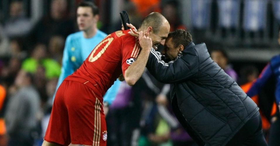 01.mai.2013 - Robben comemora com o brasileiro Rafinha após marcar o primeiro gol contra o Barcelona no Camp Nou