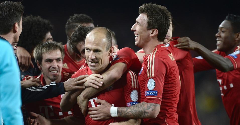 01.mai.2013 - Robben é abraçado pelo colegas do Bayern de Munique após marcar contra o Barcelona no Camp Nou