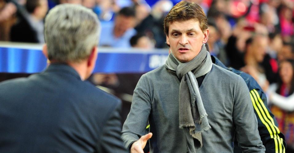01.mai.2013 - Técnico do Barcelona, Tito Vilanova cumprimenta o treinador do Bayern de Munique Jupp Heynckes